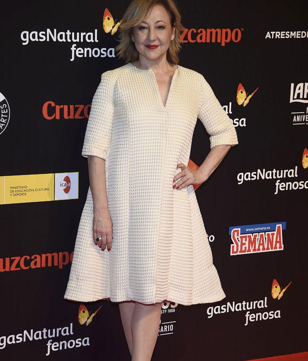Carmen Machi con vestido color crema y labios oscuros