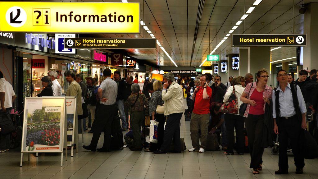Pasajeros en el aeropuerto de Schipol