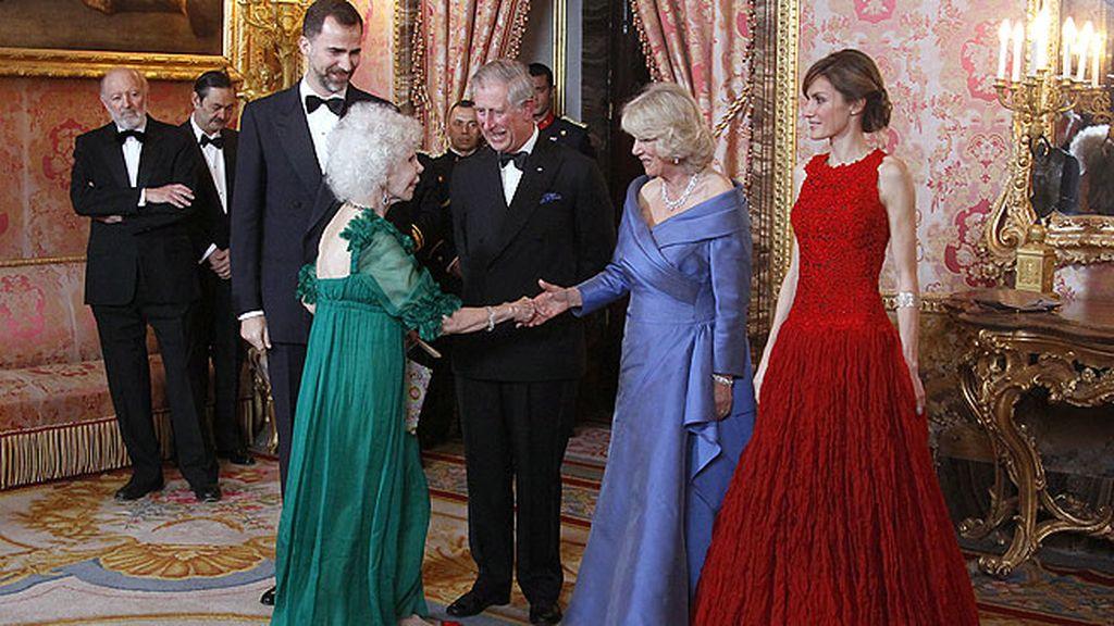 Doña Cayetana se atrevió con el verde en la cena de gala en honos a Camila y Carlos de Inglaterra