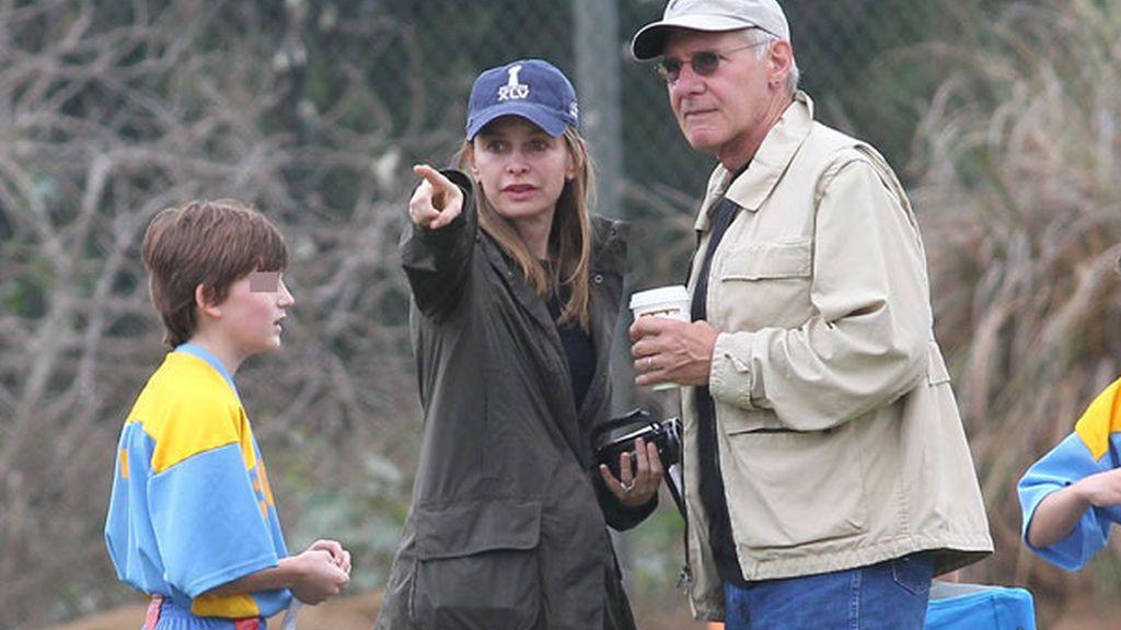 Calista adoptó al pequeño Liam en 2001; la actriz comenzó con Ford en 2004