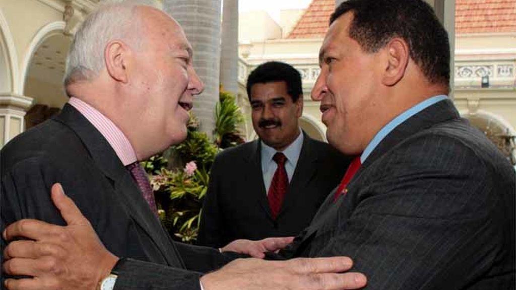 Moratinos se despide de Chávez