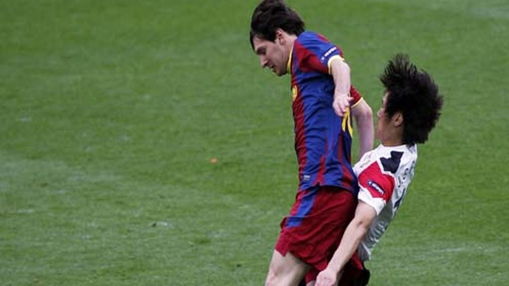 Messi y Park luchan por el balón