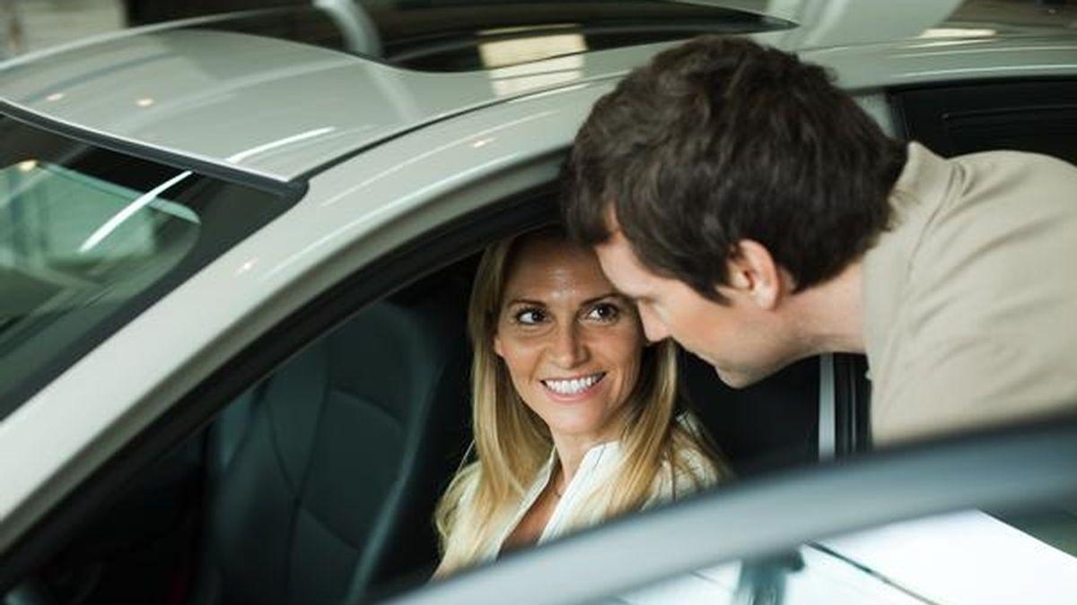 La mujer conduciendo y el hombre de copiloto