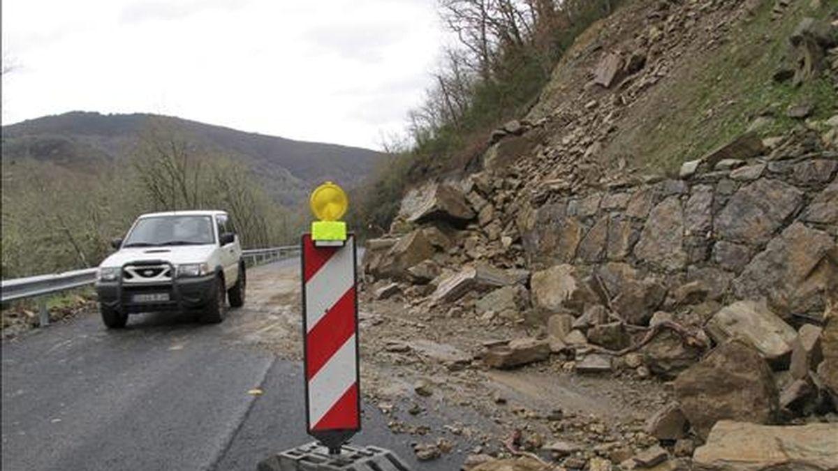Imagen de un tramo de la carretera LU-722, entre Navia y Becerrea (Lugo), tras los desprendimientos sufridos en la zona a causa del temporal de lluvia que registra Galicia durante estos días. En las cuatro provincias gallegas se han producido incidencias tales como pequeñas inundaciones, desprendimientos de tierras o caída de árboles o postes de la luz. EFE