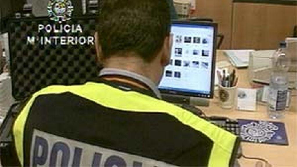 Un agente de la Guardia Civil investigando páginas web con contenidos pedófilos.