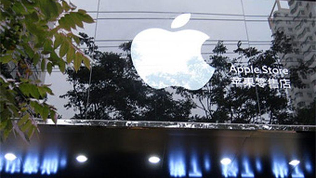 La entrada a la tienda es idéntica a las auténticas de Apple, con el logo de la compañía. En el interior, empleados con camisetas y mobiliario identificativo de Apple.