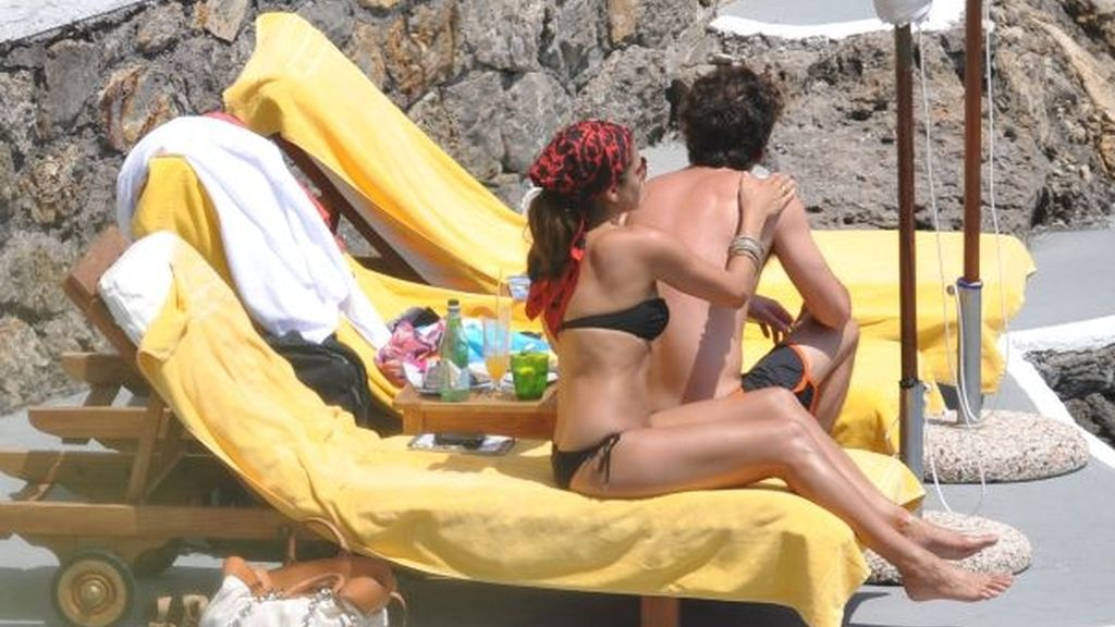 Eva Mendes pone crema a su chico