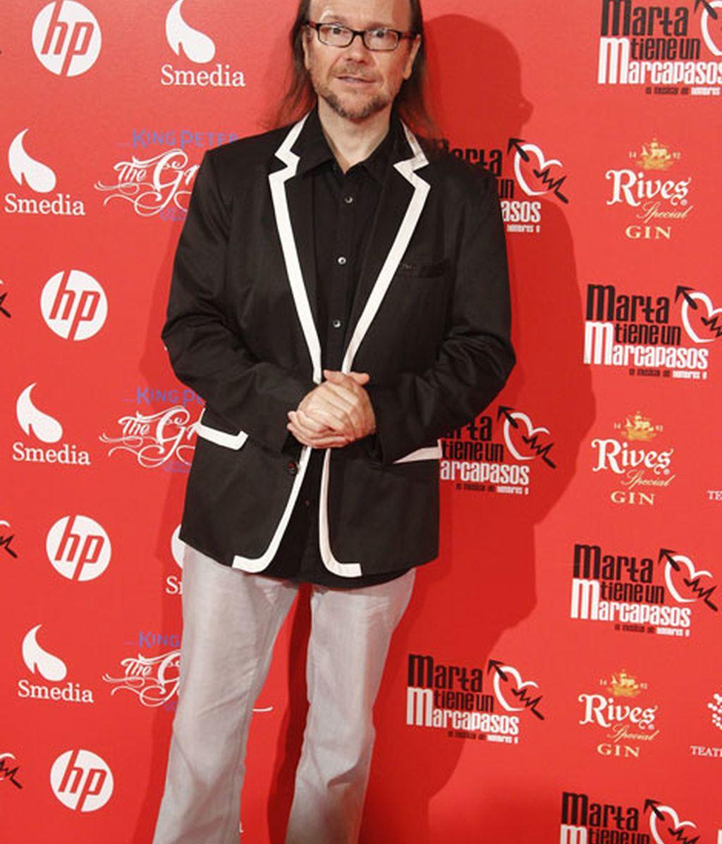 Santiago Segura llevó una original chaqueta negra y blanca