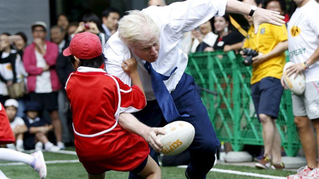 Boris Johnson se pasa de frenada y arrolla a un niño japonés jugando al rugby