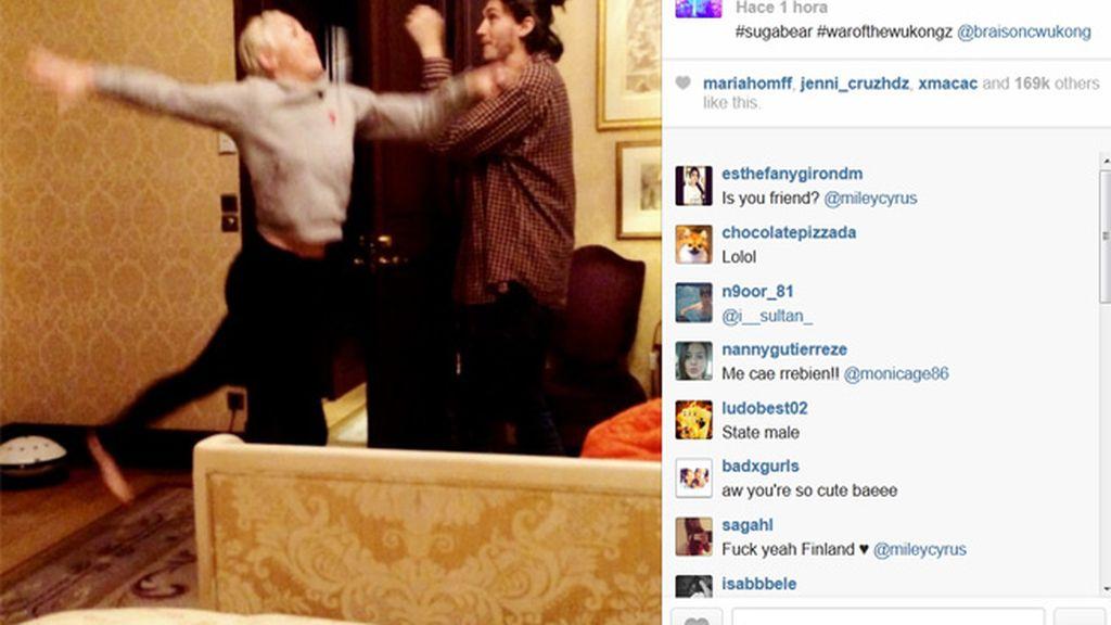 Miley Cyrus juguetea con su hermano