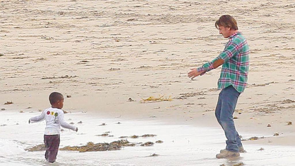 Besos y abrazos en la playa... la viva imagen de la felicidad
