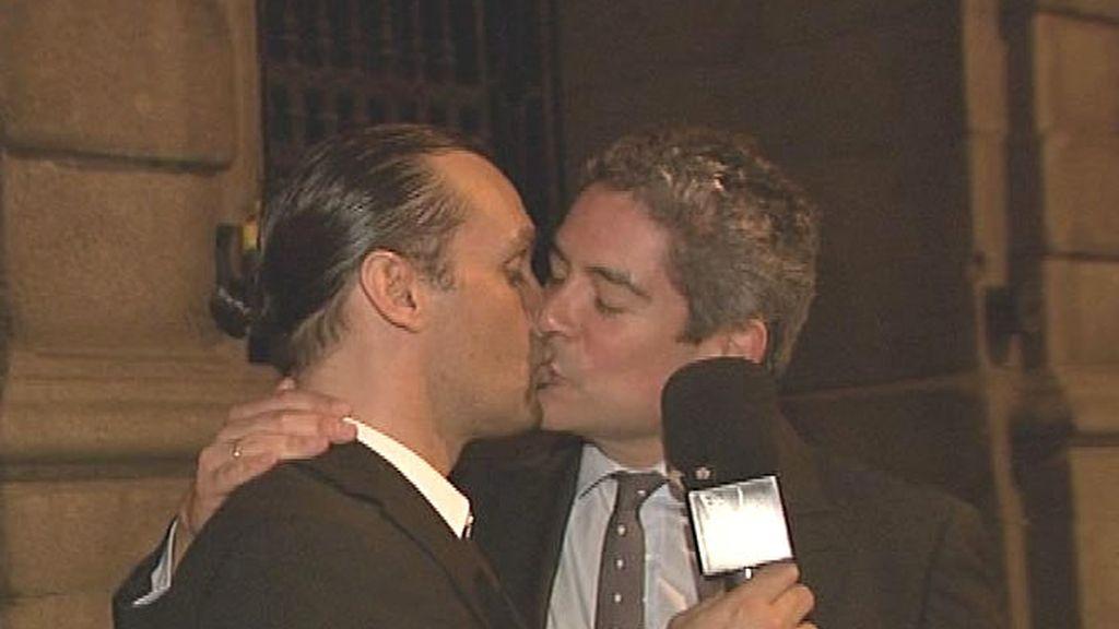 Rafa Méndez y Boris Izaguirre se dan un beso en CQC