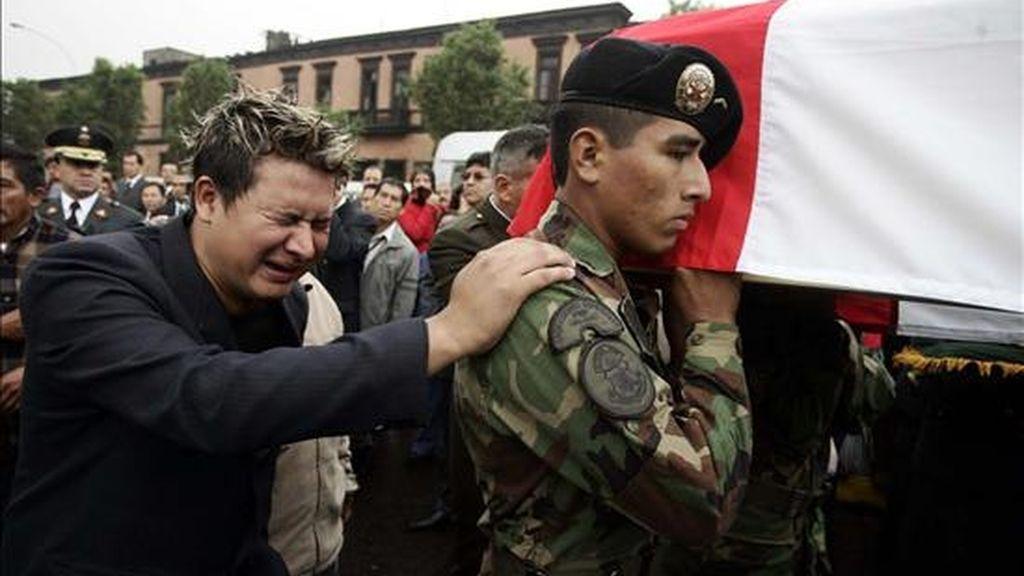 Este sábado en Lima, cientos de amigos y familiares han acudido a la Iglesia de Santa Rosa para dar el último adiós a nueve agentes de policía que perdieron la vida durante los enfrentamientos con indígenas. Video: ATLAS.