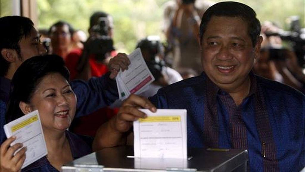 El presidente de Indonesia, Susilo Bambang Yudhoyono, deposita su voto, acompañado de su esposa, Kristiani Yudhoyono, hoy en Cikeas, Java Occidental (Indonesia), para las elecciones legislativas. EFE