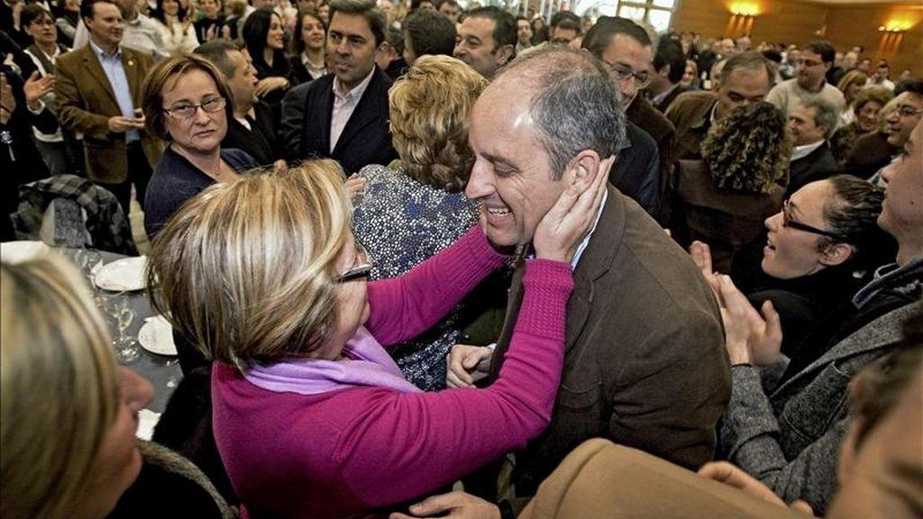 El president de la Generalitat y del Partido Popular en la Comunitat Valenciana, Francisco Camps (d), saluda a una de las asistentes al acto de presentación de los candidatos a alcalde en las ciudades de más de 20.000 habitantes, hoy en la localidad de Alzira. EFE