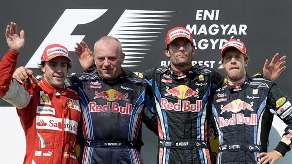 Tres hombres felices y uno enfadado en el podio de Hungría
