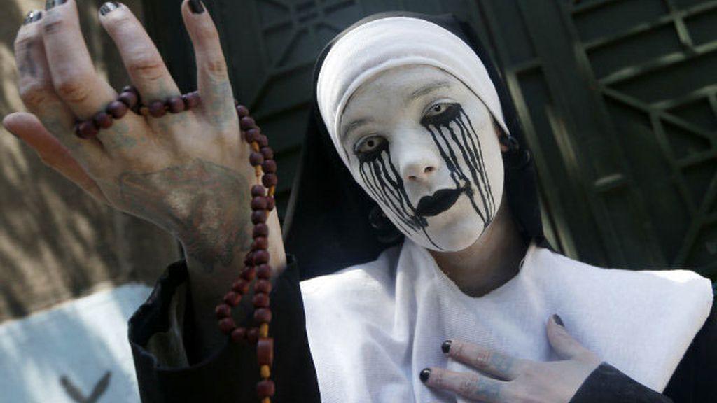 """Una multitudinaria """"Zombie Walk"""" recorre Santiago de Chile"""