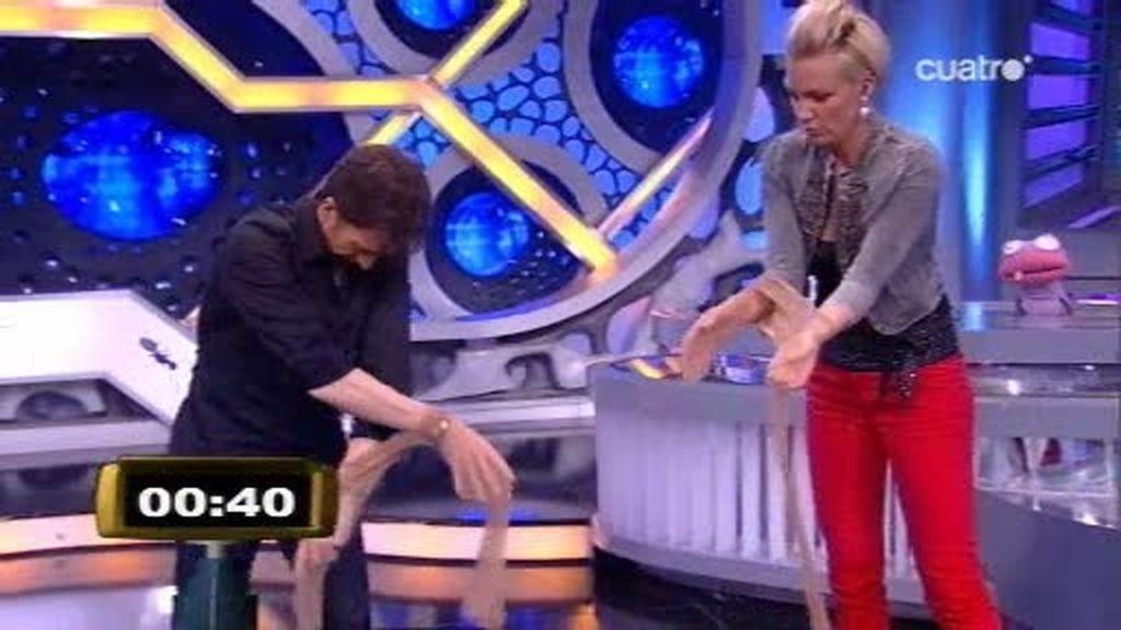 Kate Ryan juega con Pablo Motos con unos pantis y 4 monedas de euro