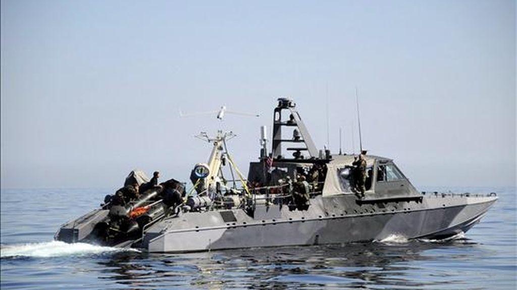 Fotografía cedida por la Marina estadounidense de un vehículo teletransportado Scan Eagle abordo de un bote de guerra Mk V en las costas de la isla de San Clemente en California (EEUU). EFE