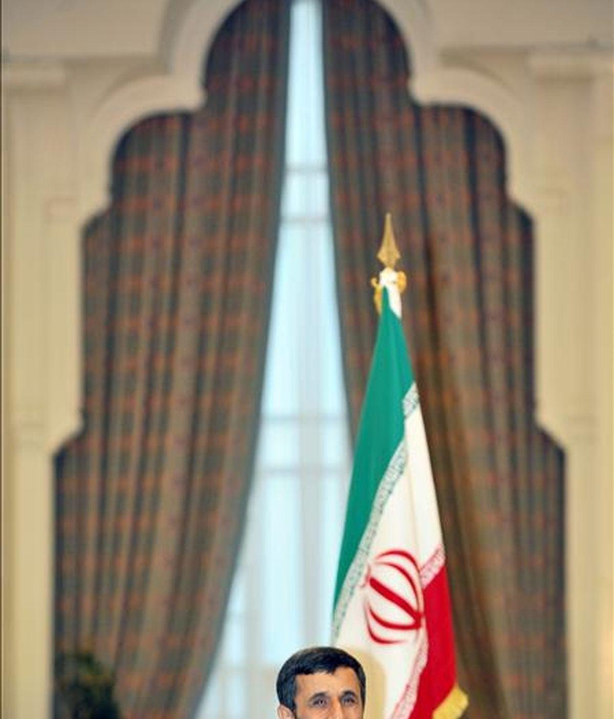 El presidente iraní Mahmoud Ahmadineyad atiende a los medios durante la rueda de prensa ofrecida en Doha, Qatar. EFE