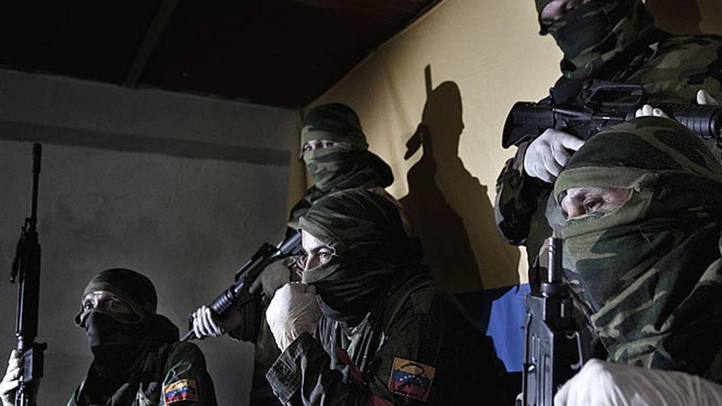 Un grupo de personas con armas en Venezuela
