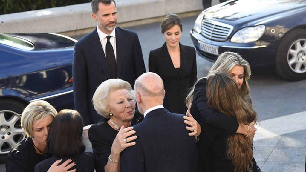 La reina Máxima de Holanda se fundió en un emotivo abrazo con la viuda de Kardam
