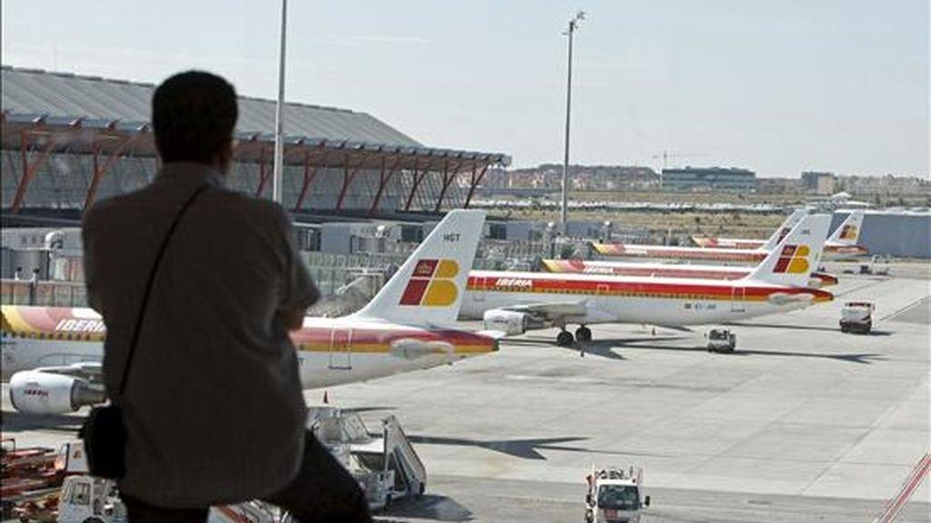 Un hombre observa los aviones en el aeropuerto de Barajas. EFE/Archivo