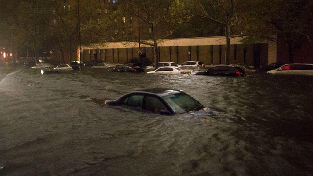 Un coche prácticamente hundido en Nueva York