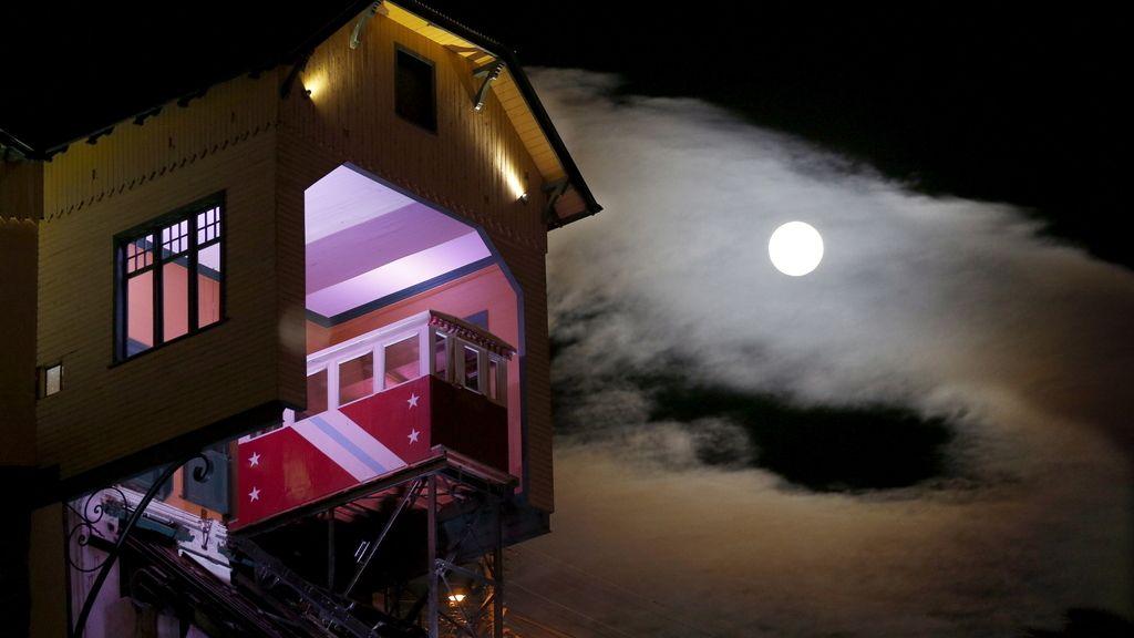 La 'superluna' vista desde la ciudad de Valparaiso, Chile