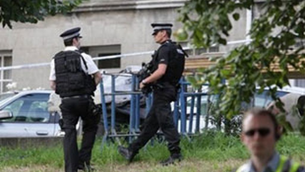 La policía cuatodia el lugar donde seis personas han muerto asesinadas en la isal de Jersey. VÍDEO: Atlas