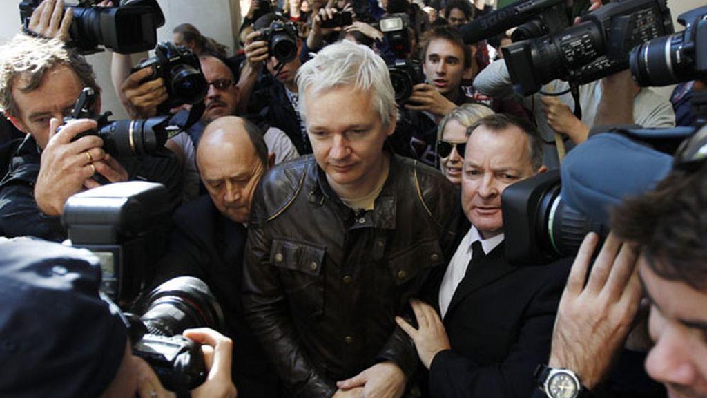 Julian Assange hace presencia en la concentración de Londres