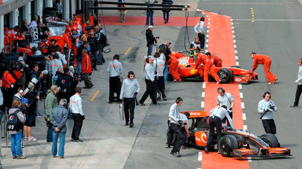 Mecánicos de McLaren y Ferrari