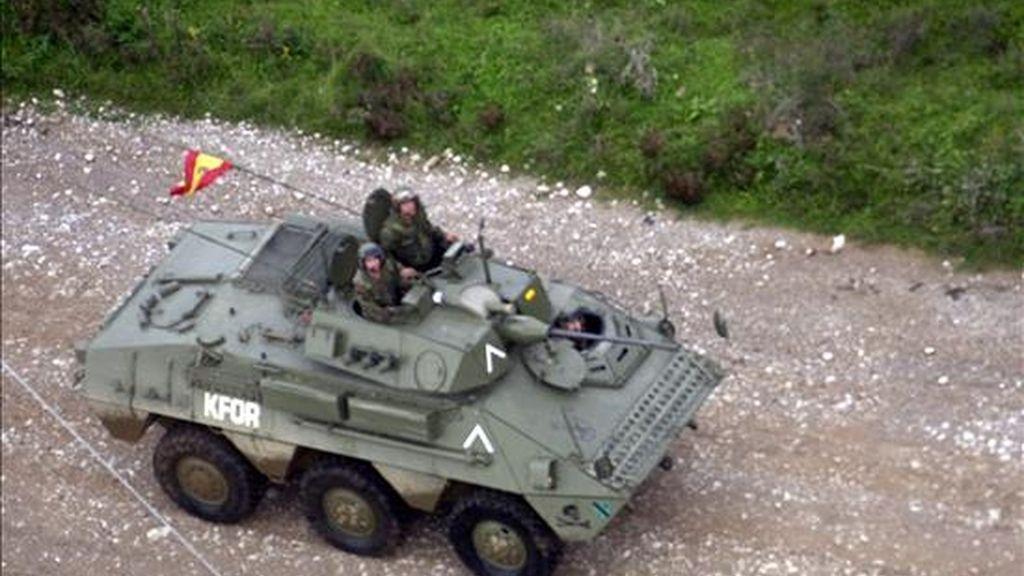 Vista general de una de las tanquetas del ejército español que se dirigue a las instalaciones militares en la base de Kosovo. EFE/Archivo