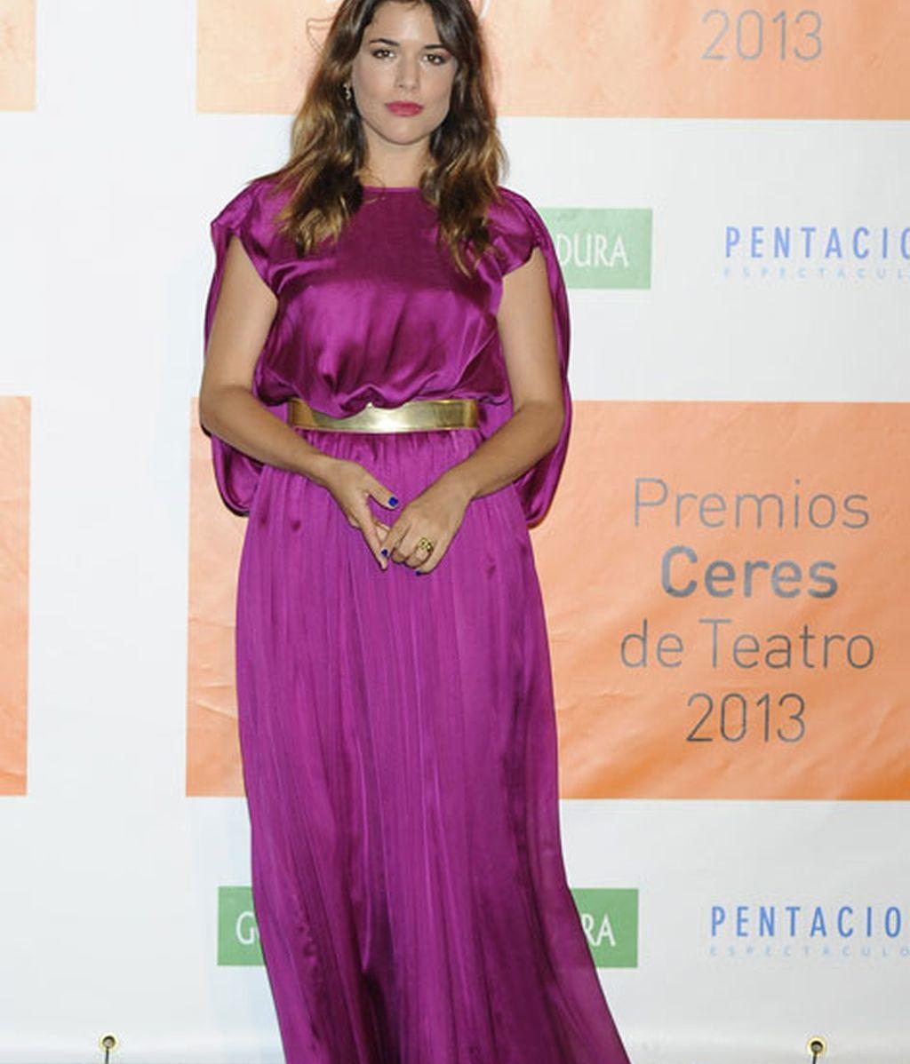 Adriana Ugarte llevó un vestido romano morado
