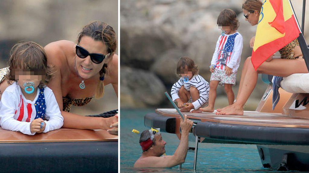 Mar Flores con sus hijos y su marido en Ibiza