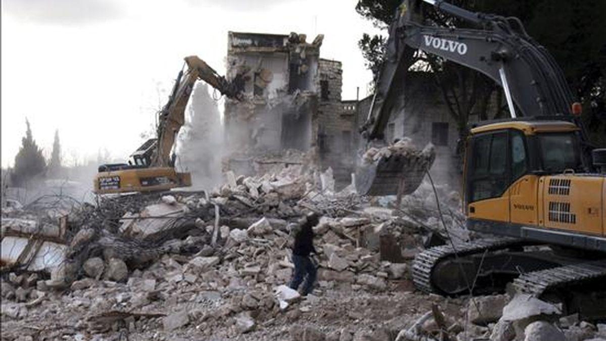 JER03 JERUSALÉN (ISRAEL) 09/01/2011.- Una máquina escavadora trabaja en las labores de demolición del hotel Shepherd, en el barrio Sheikh Jarrah, en la parte árabe del este de Jerusalén (Israel), hoy, domingo 9 de enero de 2011. El Consejo de Edificación de Jerusalén decidió el pasado año convertir el solar que ocupaba el hotel en un barrio judío, a pesar de la condena enunciada por la administración del presidente de EEUU, Barack Obama. EFE/JIM HOLLANDER