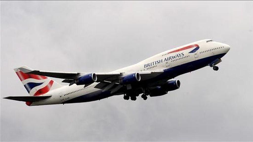 En la imagen, un avión de British Airways sobrevolando el Aeropuerto de Heathrow en Londres (R. Unido). EFE/Archivo