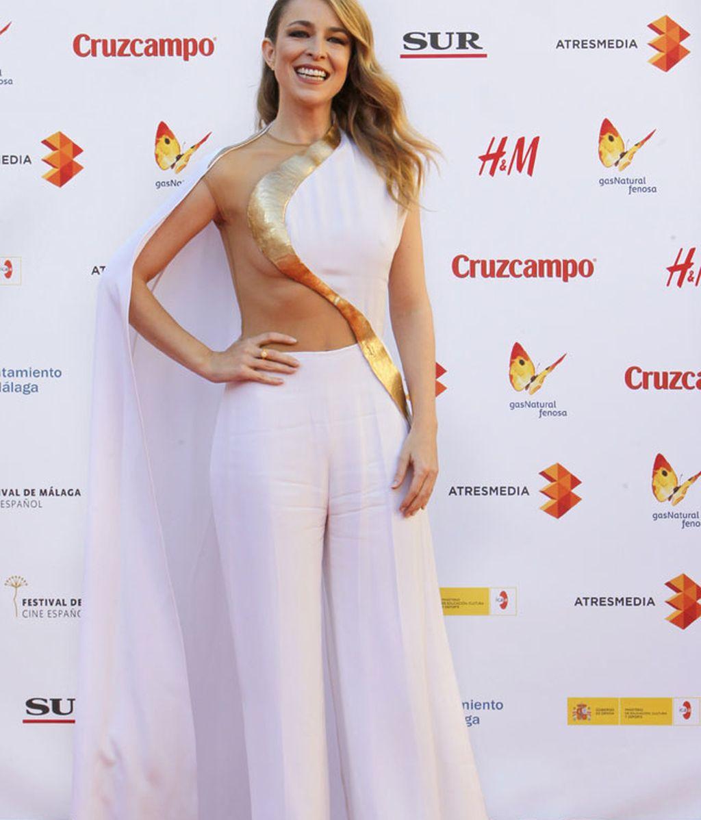 La actriz con un mono blanco con capa de Stephane Rolland