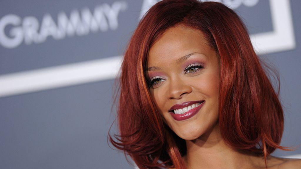 Rihanna, combina labios y pelo
