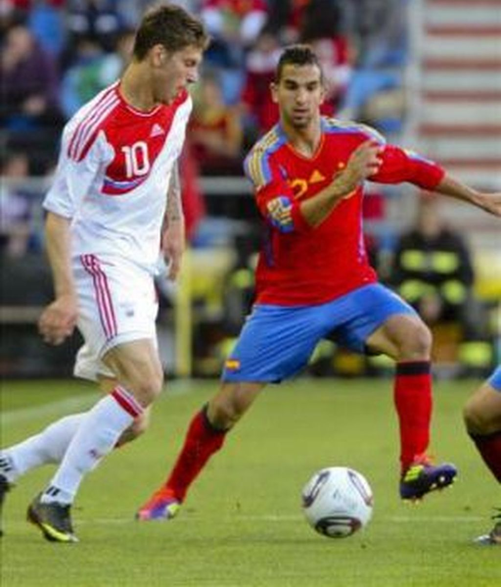 El defensa de España Martín Montoya (d) disputa el balón con un centrocampista de Rusia durante el partido amistoso que disputan ambas selecciones Sub-21 esta tarde en el estadio soriano de Los Pajaritos. Foto: EFE.