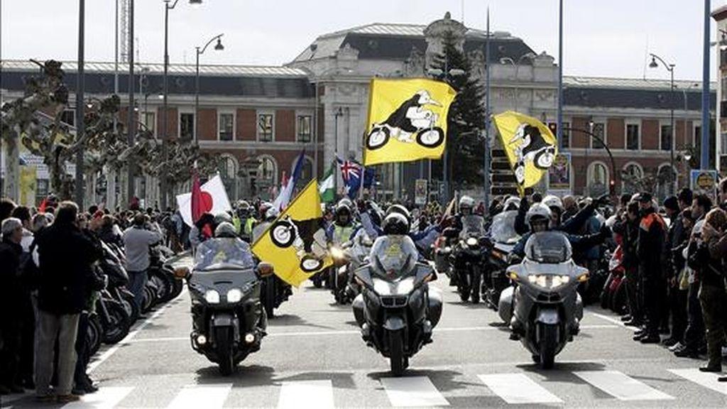 Llegada del desfile de banderas a la plaza Colón de Valladolid, durante la celebración de la trigésima edición de la concentración de motos 'Pingüinos 2011'. EFE