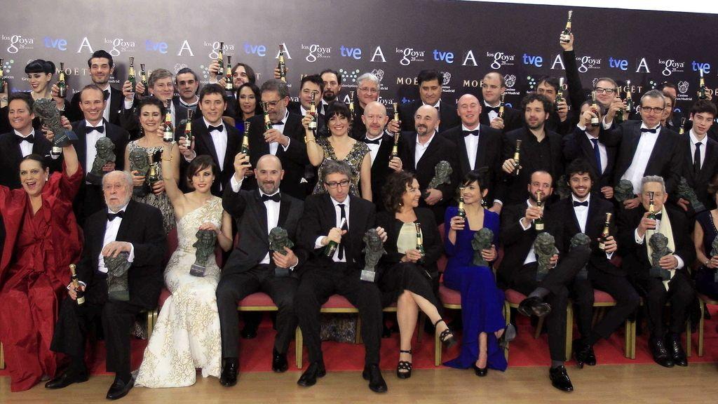 Foto de familia de todos los premiados a la finalización de la gala de entrega de los 28 premios Goya