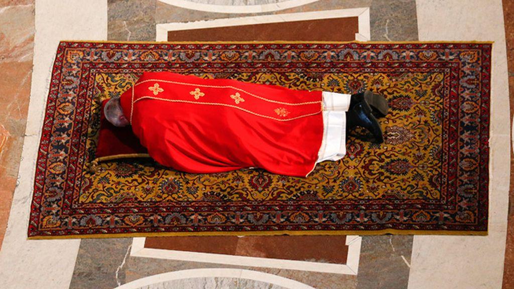El papa Francisco tumbado en el suelo para orar