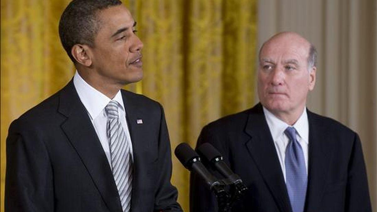 El presidente de EEUU, Barack Obama (i), pronuncia un discurso tras nombrar como nuevo jefe de gabinete al directivo de JP Morgan y ex secretario de Comercio, William Daley (d). EFE
