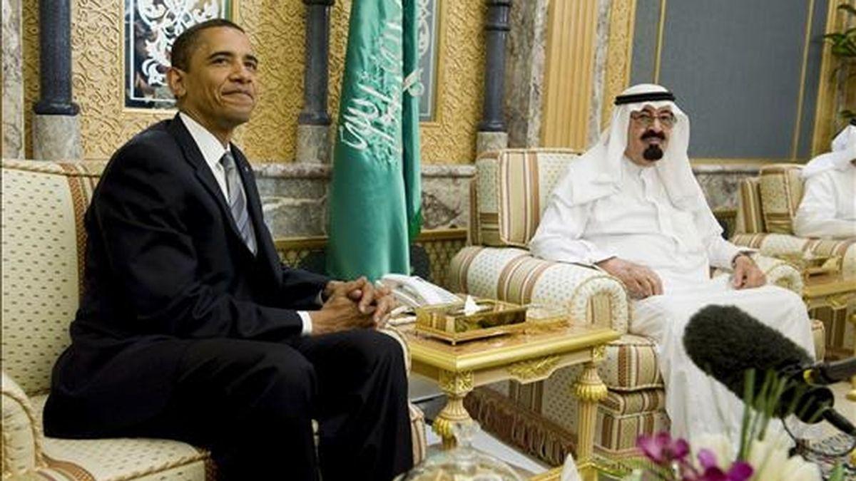 El rey Abdalá bin Abdulaziz de Arabia Saudí (dcha.) conversa con el presidente de EEUU, Barack Obama, en la Residencia Real de Riad. EFE