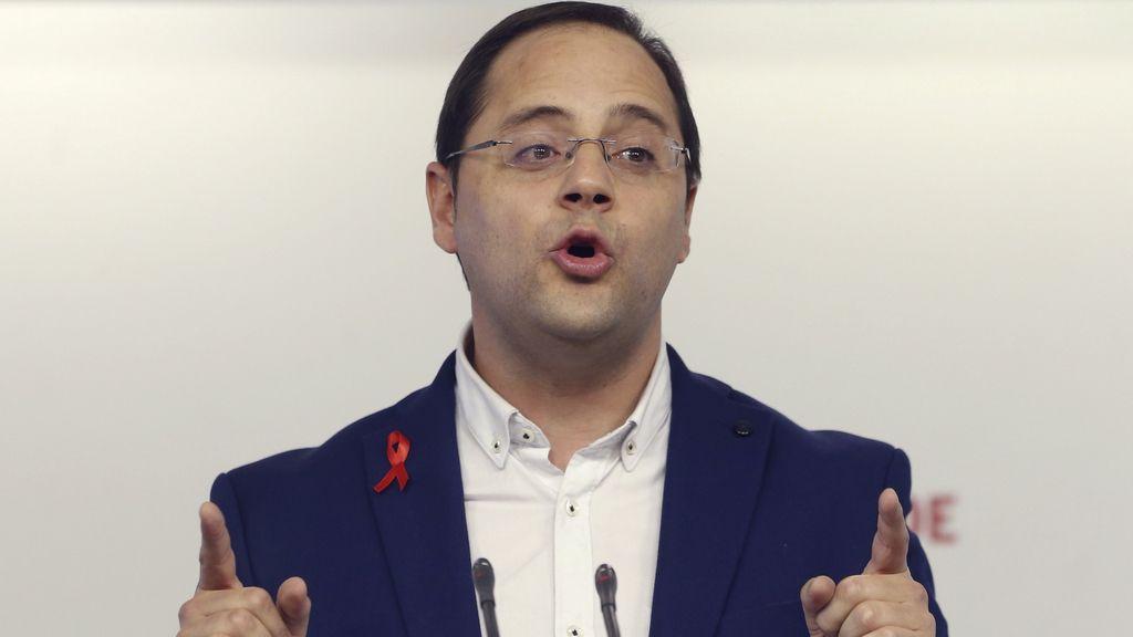 César Luena durante una rueda de prensa
