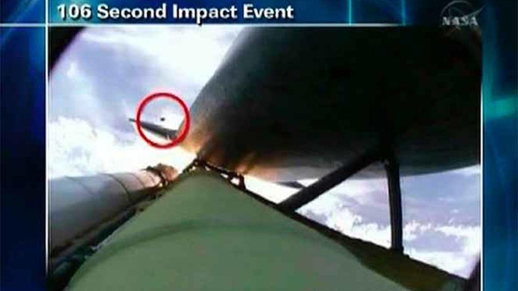 """Una fotografía de la NASA muestra el momento en el que el escombro impacta en el """"Atlantis""""."""