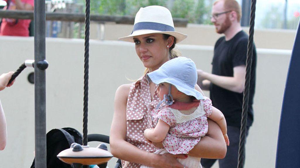 Jessica Alba sufrió los típicos imprevistos de una madre con sus hijas en el parque