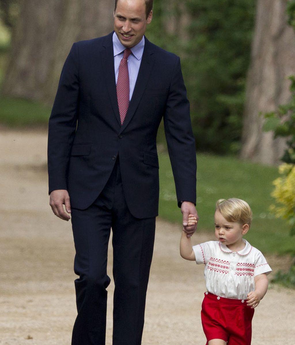 El príncipe Jorge llevó unos pantalones rojos y camisa blanca