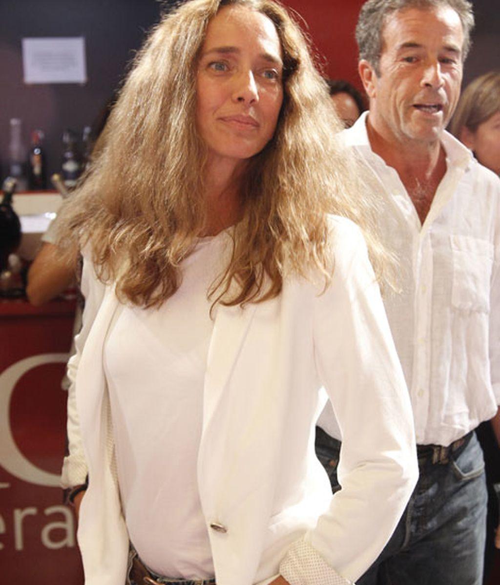 Blanca Suelves eligió una chaqueta blanca, combinada con vaqueros